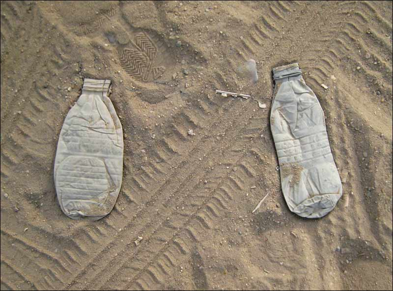 egipt, piasek, plastikowe butelki