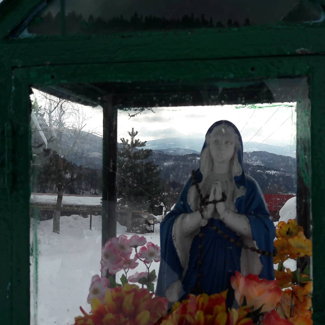 Przysiółek Moczarki. . . . . #beskidy #góry #mountains #kapliczka #maria #madonna #chatatrapera #moczarki #koszarawa #bystre #nagroniu #ferie #feriezimowe #chatka #logcabin #vacances #winter #wintertrip #snow #śnieg #poland #polska
